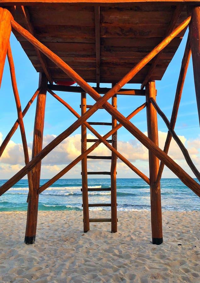 Деревянная сторожевая башня на пустом пляже на заходе солнца, Cancun, Мексике стоковая фотография rf