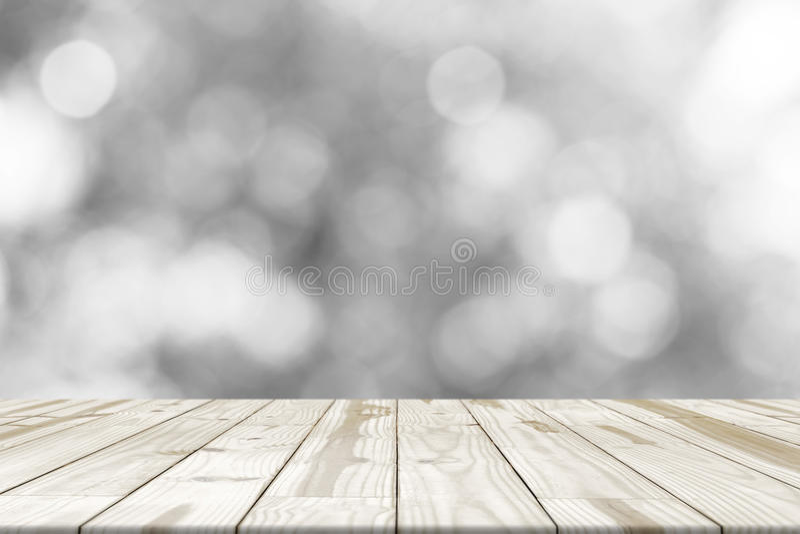 Деревянная столешница на белом сером bokeh запачканном в предпосылке стоковое изображение