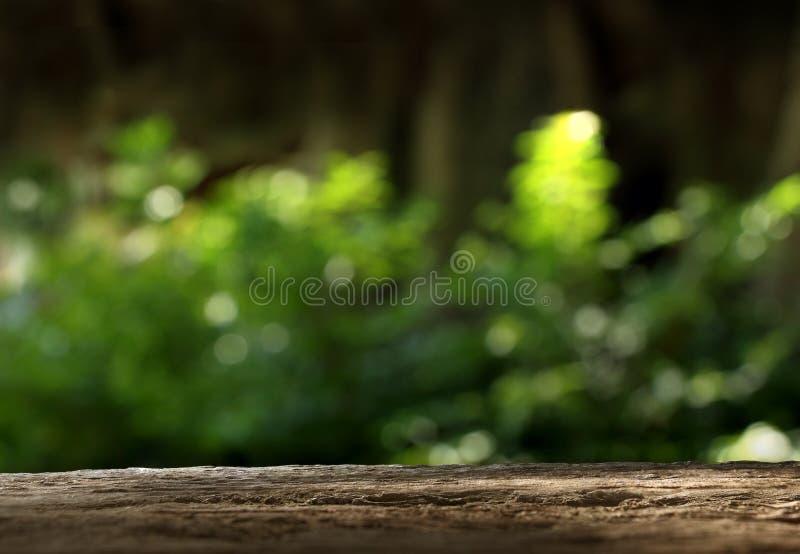 Деревянная столешница на запачканной зеленой предпосылке стоковая фотография rf