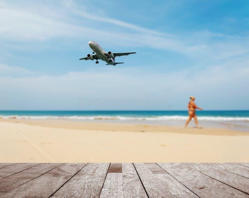 Деревянная столешница на запачканных голубых море и пляже с белым песком стоковое изображение rf