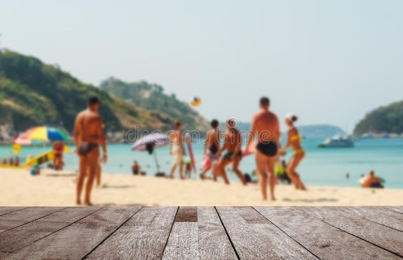 Деревянная столешница на запачканных море и пляже с белым песком стоковые фото
