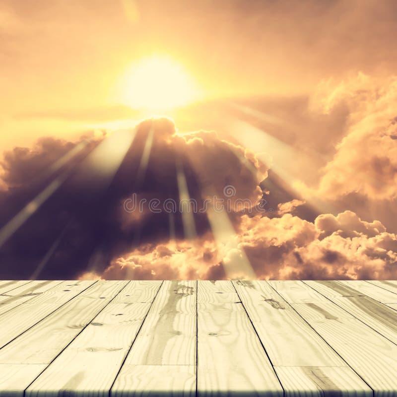 Деревянная столешница на золотом небе стоковая фотография rf