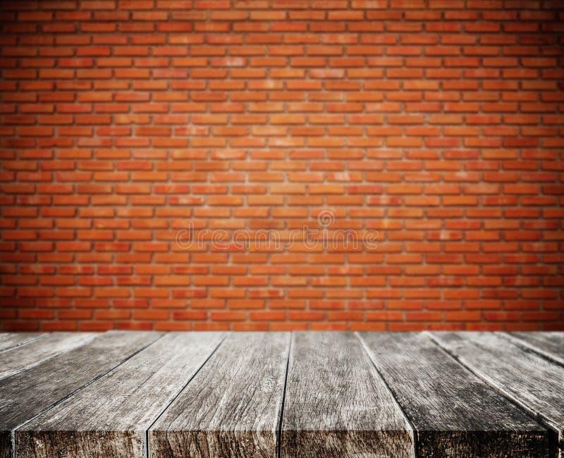 Деревянная столешница планки, с предпосылкой текстуры стены кирпича defocus белой стоковое изображение