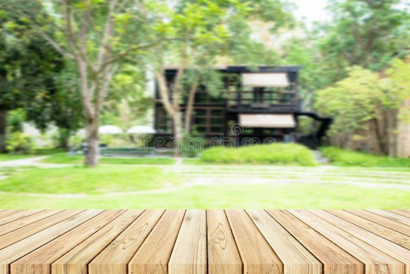 Деревянная таблица с предпосылкой сада и магазина нерезкости стоковые фотографии rf