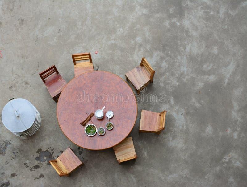 Деревянная таблица круга с стульями Взгляды взгляда птицы стоковые фотографии rf