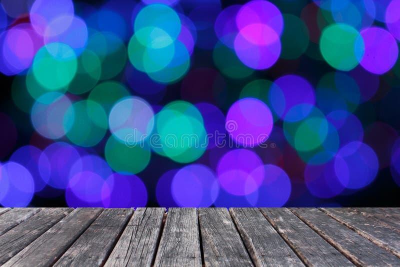 Деревянная таблица на предпосылке fairy светов Blurred стоковое фото