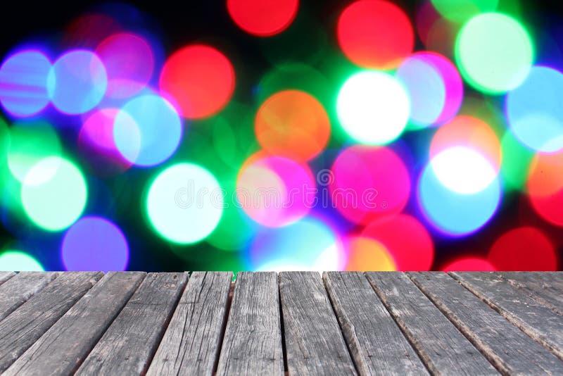 Деревянная таблица на предпосылке fairy светов Blurred стоковые фото