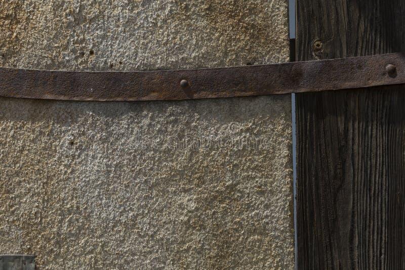 Деревянная текстура с ржавым железным шарниром стоковые фото