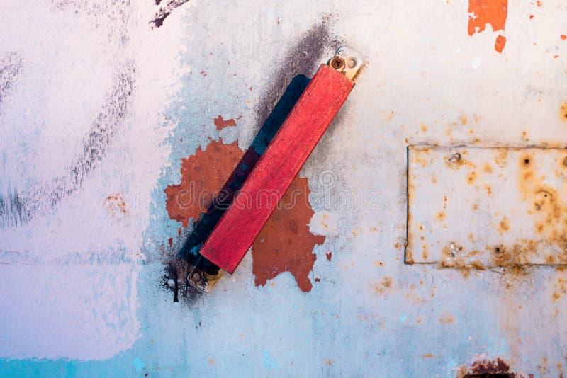Деревянная тень ручки двери красная стоковые изображения rf