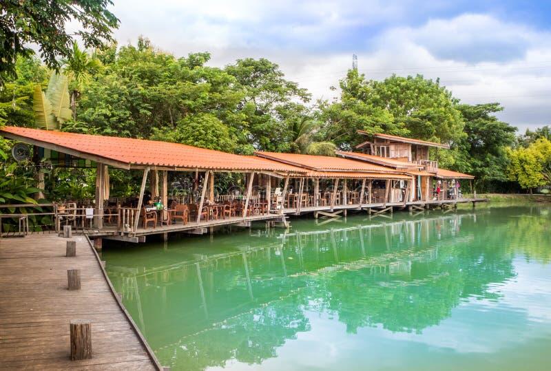 Деревянная терраса на озере на ясный день неба стоковые фотографии rf