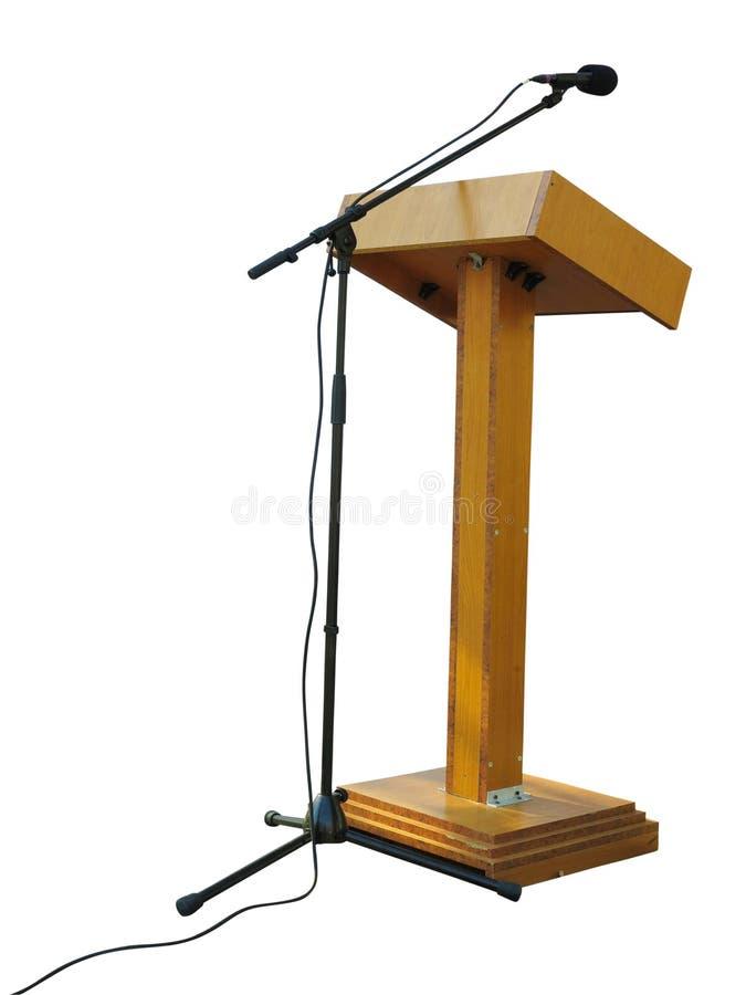 Деревянная трибуна стойки трибуны подиума с микрофоном изолированным дальше стоковое изображение rf