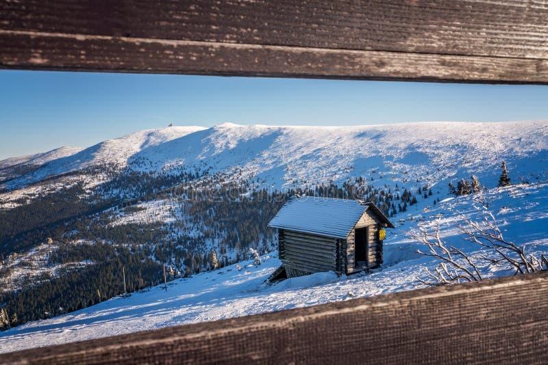 Деревянная хата дальше на горе стоковое изображение rf