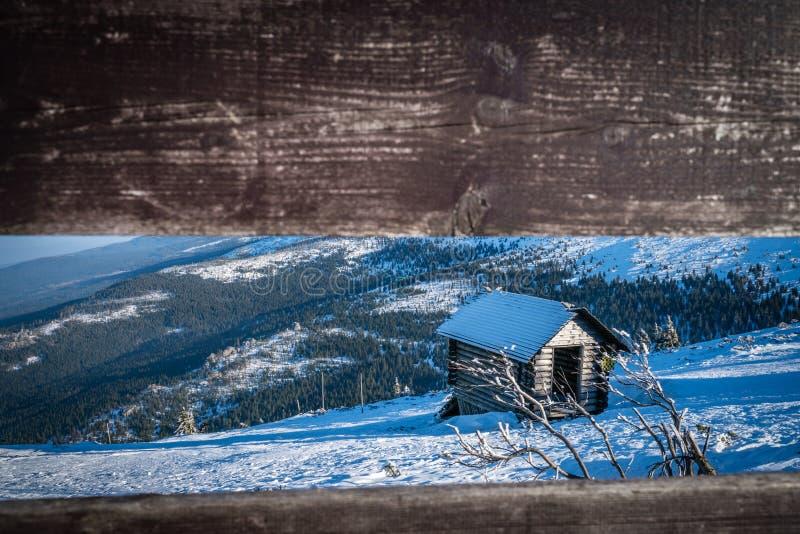 Деревянная хата дальше на горе стоковые фотографии rf