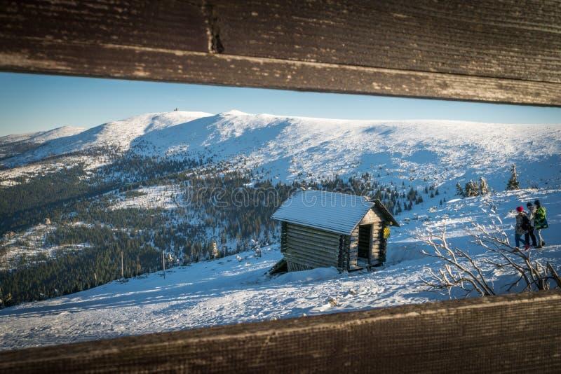 Деревянная хата на горе стоковая фотография