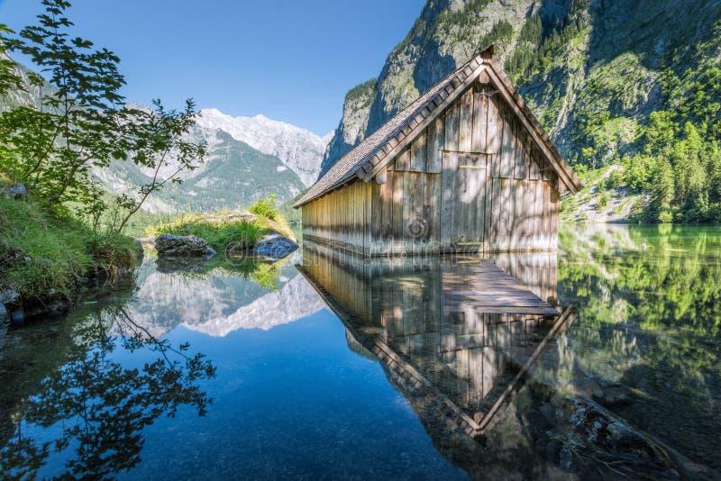 Деревянная хата на Obersee, Koenigssee шлюпки, Бавария, Германия стоковое фото rf