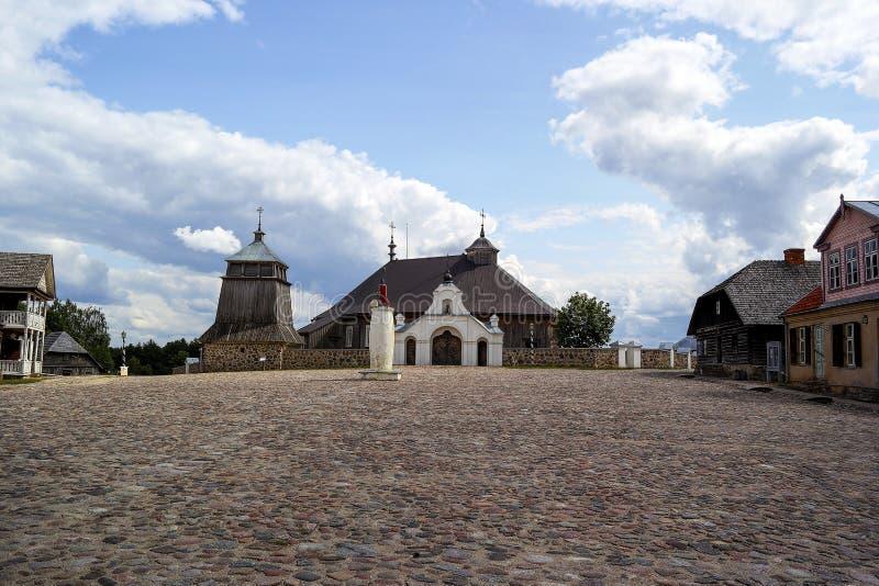 Деревянная церковь на солнечный летний день в Литве стоковое фото