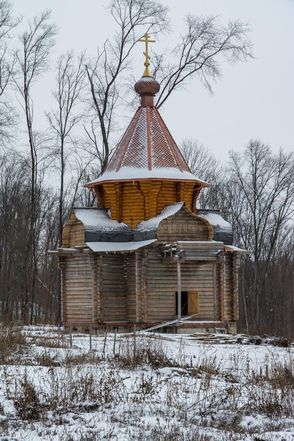 Деревянная церковь под конструкцией в монастыре в России стоковые изображения