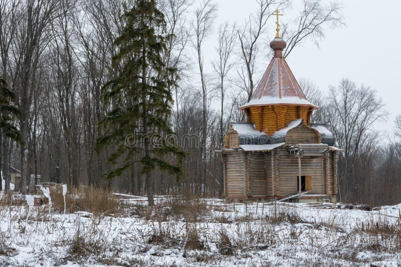 Деревянная церковь под конструкцией в монастыре в России стоковые изображения rf