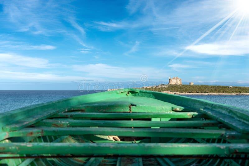 Деревянная шлюпка переселенцев - Средиземное море стоковое изображение rf