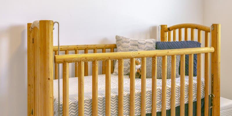 Деревянная шпаргалка с подушками тюфяка и заполненной игрушкой стоковое изображение