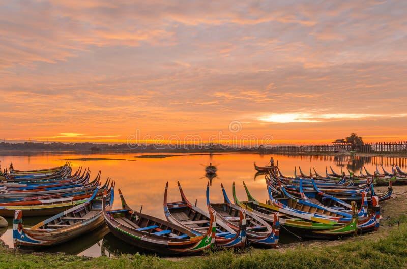 Деревянная шлюпка в мосте на восходе солнца, Мандалае Ubein, Мьянме стоковое изображение rf