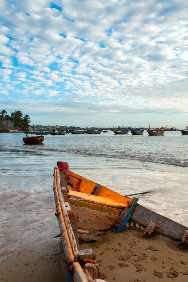 Деревянная шлюпка на побережье стоковые изображения rf