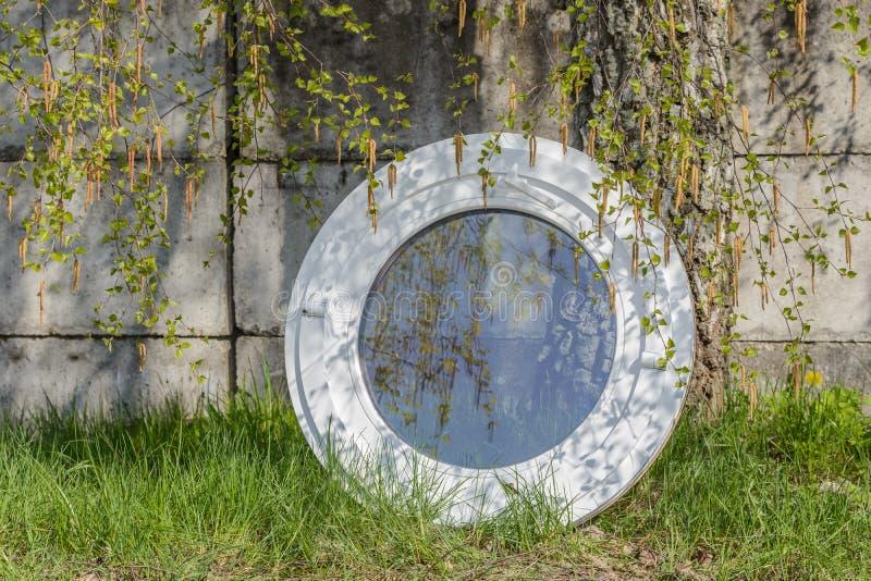 Деревянное алюминиевое составное круглое овальное окно стоковое изображение rf