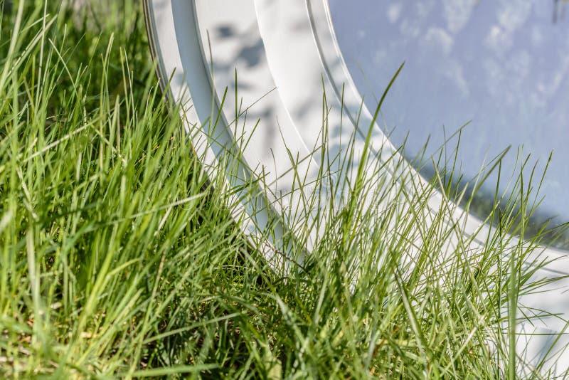 Деревянное алюминиевое составное круглое овальное окно стоковые фотографии rf
