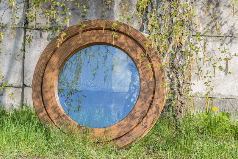 Деревянное алюминиевое составное круглое овальное окно стоковые изображения
