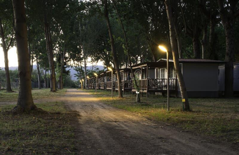Деревянное бунгало в располагаться лагерем стоковые фото