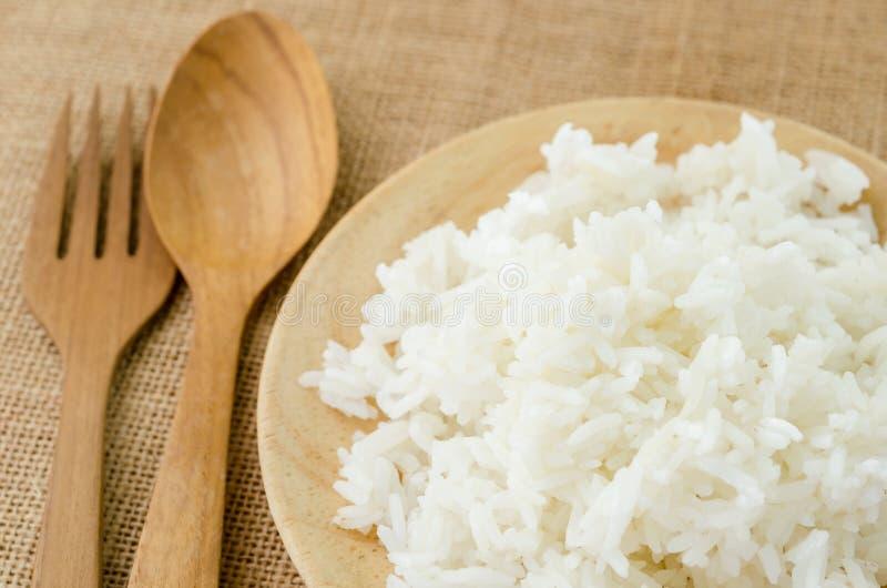Деревянное блюдо сваренного риса стоковые фото