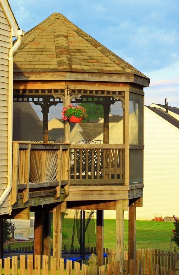 Деревянное газебо на палубе стоковая фотография rf