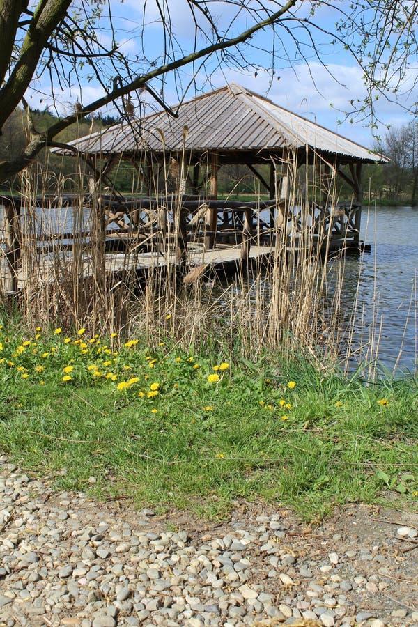 Деревянное газебо на пруде около городка Velehrad стоковые фотографии rf