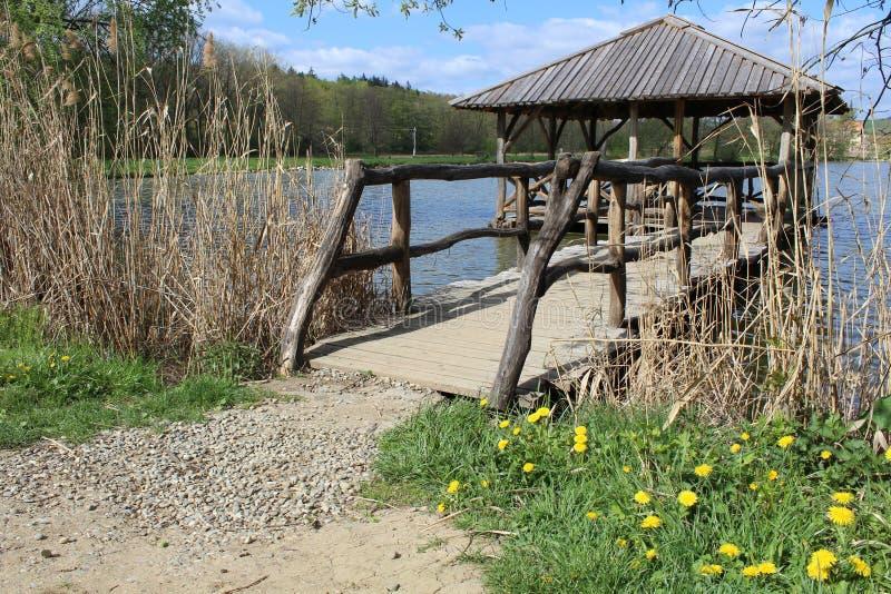 Деревянное газебо на пруде около городка Velehrad стоковое изображение rf