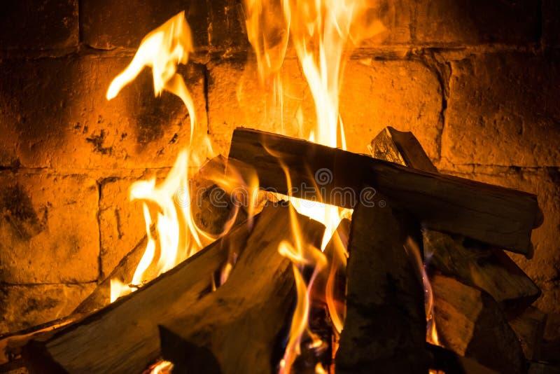 Деревянное горение в уютном камине дома, держит теплый стоковое изображение rf