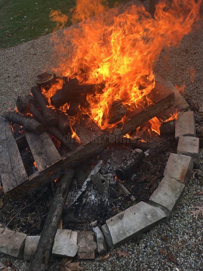Деревянное горение планки стоковые фото