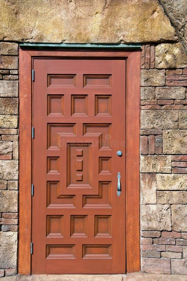 деревянное двери богато украшенный стоковое изображение rf
