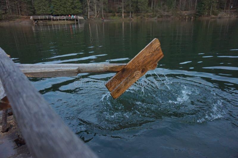 Деревянное домодельное весло, который гребут воду в озере стоковая фотография rf