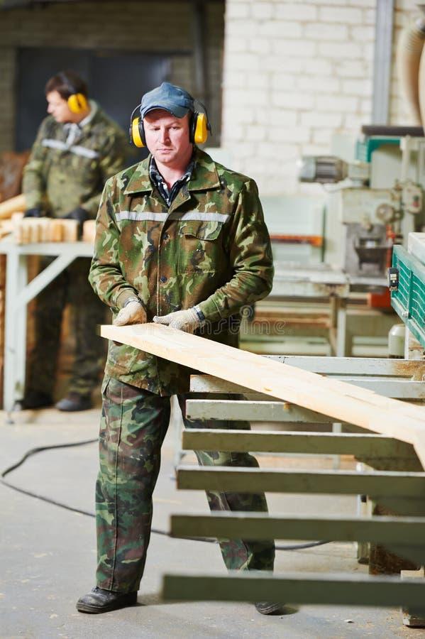 Деревянное заводской рабочий стоковые фотографии rf