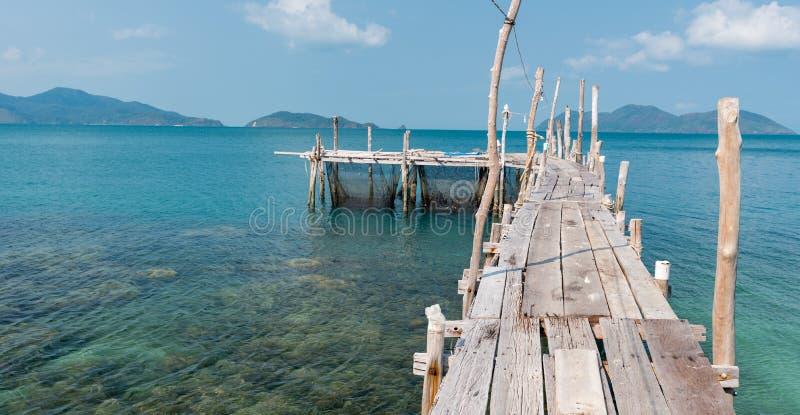 Деревянное зачаливание на пляже Koh Ku Dee стоковые изображения rf