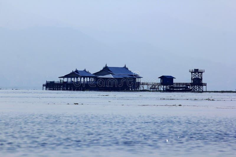 Деревянное здание в озере Inle на Мьянме стоковая фотография rf
