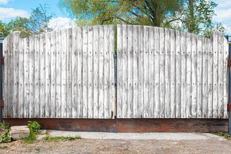Деревянное качание двери стоковое фото
