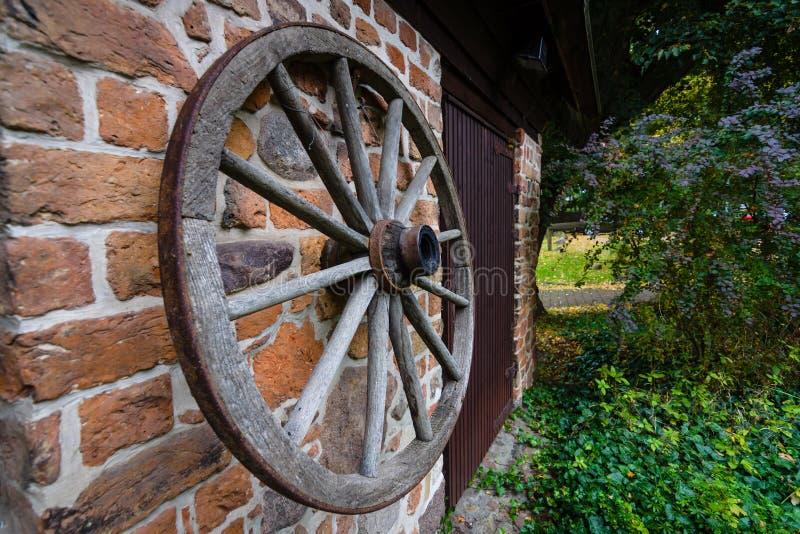 Деревянное колесо от тележки стоковое фото rf