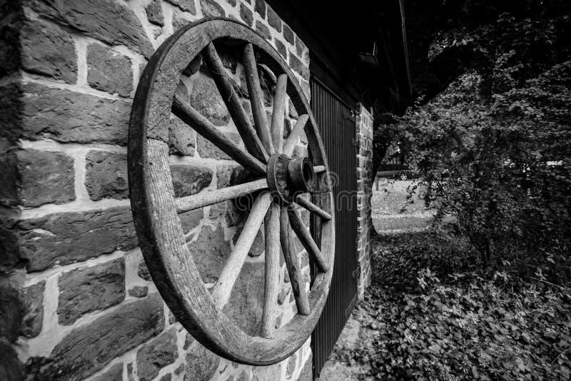 Деревянное колесо от тележки стоковые фотографии rf
