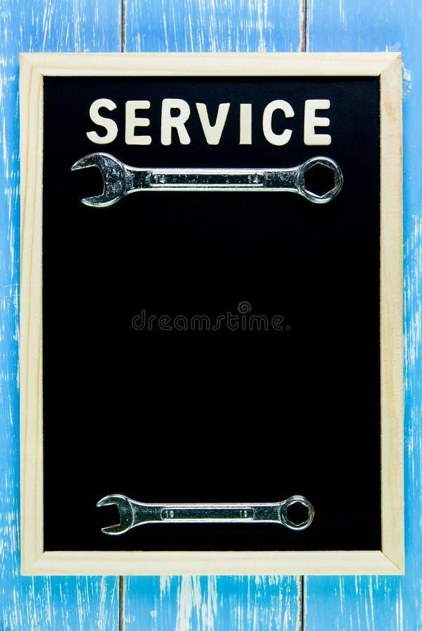 Деревянное обслуживание и ключ английского алфавита на классн классном стоковое фото rf
