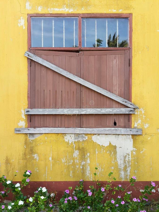 Деревянное окно закрытое постоянно стоковые фотографии rf