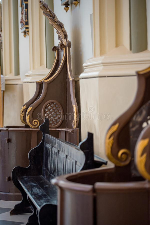 Деревянное окно исповеднической коробки на церков стоковые фото