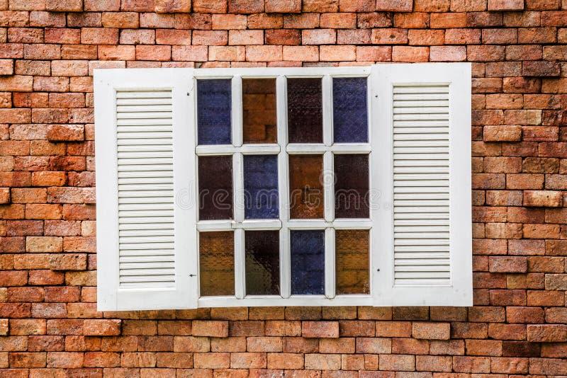 Деревянное окно на винтажной кирпичной стене стоковые фотографии rf