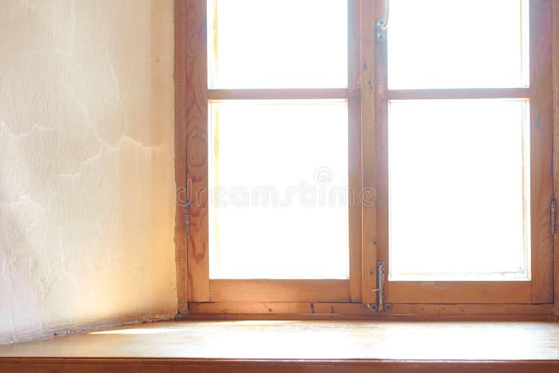 Деревянное окно Широкий деревянный силл стоковое изображение