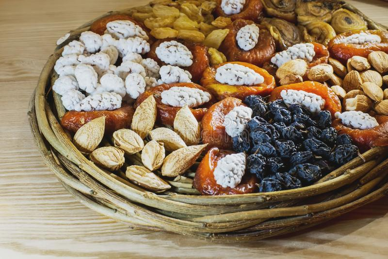 Деревянное плетеное блюдо с высушенными плодоовощами которые лежат в частях стоковая фотография rf